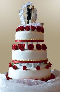 Wedding_cake_with_pillar_supports,_2009