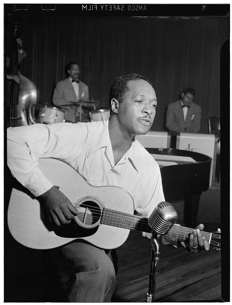 800px-Josh_White,_Café_Society_(Downtown),_New_York,_N.Y.,_ca._June_1946_(William_P._Gottlieb_09091)