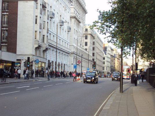 1024px-A4_Piccadilly,_near_Green_Park_-_DSC04259